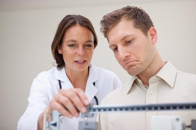 Messgewicht des doktors und des patienten
