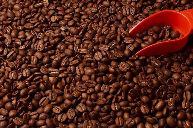 Messlöffel und kaffeebohnen