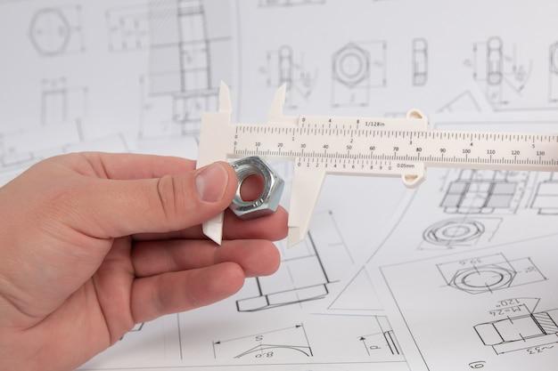 Messung der mutternabmessungen mit einem technischen bremssattel. ingenieurarbeit.