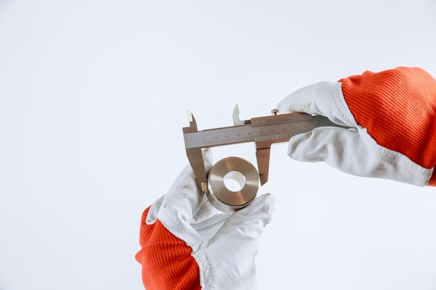 Messung von innendurchmesser, außendurchmesser und länge mit einem messschieber auf weißem hintergrund. meßgenauigkeit.