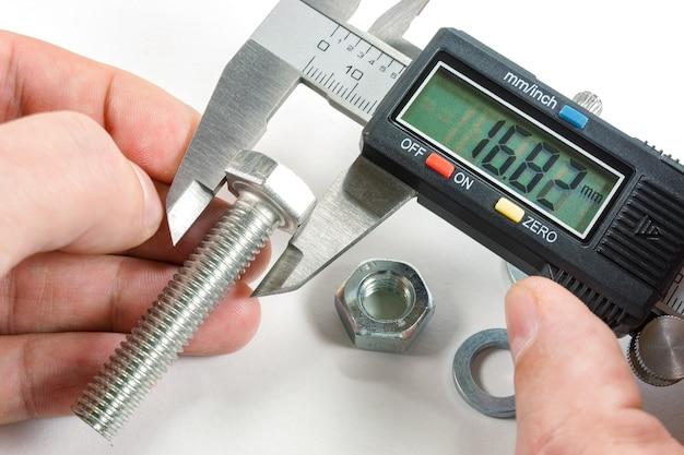 Messungen mit einem digitalen messschieber in der hand des meisters
