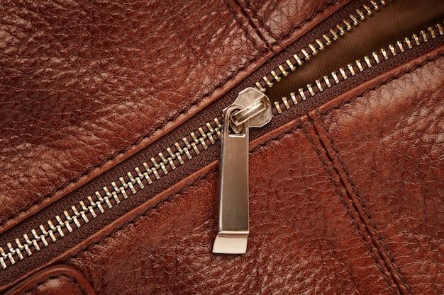Metall geschlossener reißverschluss auf brauner ledertasche