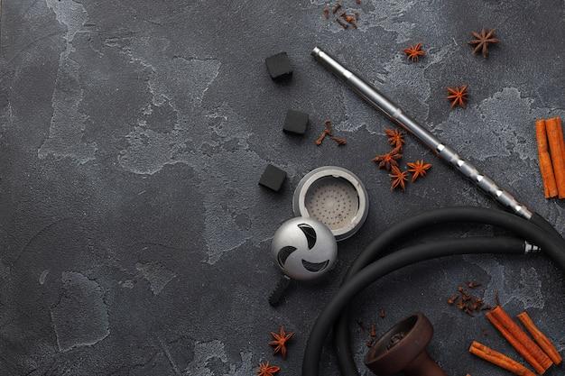 Metall glänzendes wasserpfeifenmundstück auf dunklem hintergrund schließen oben