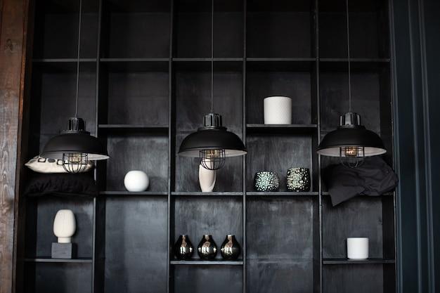 Metall-kronleuchter im retro-stil drei moderne schwarze deckenlampen hängen im raum loft-innenraum