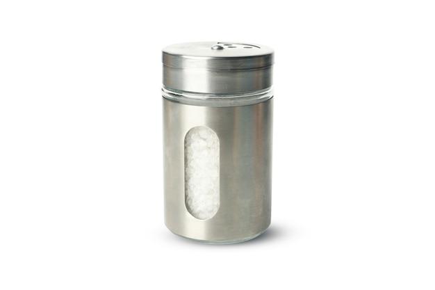 Metall salzstreuer mit salz isoliert auf weiß