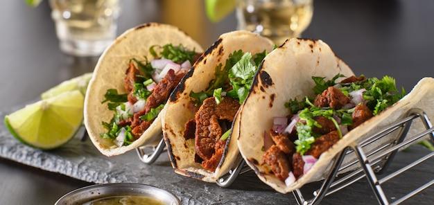 Metall-taco-halter mit drei mexikanischen carne asada street-tacos