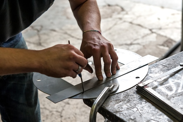 Metallarbeiter, der präzisionsmessung macht
