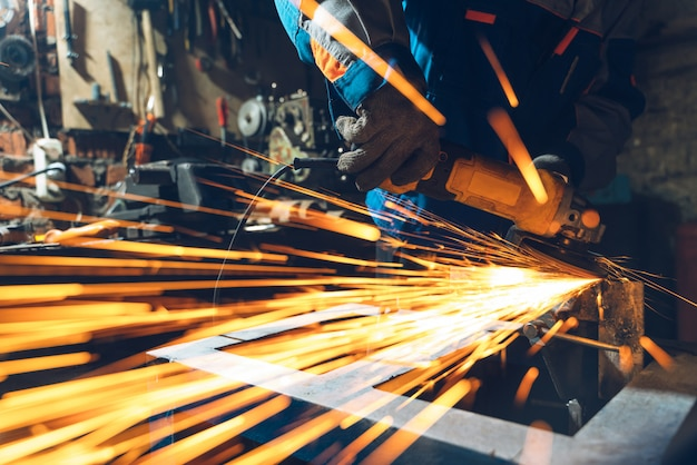 Metallbearbeitung mit winkelschleifer