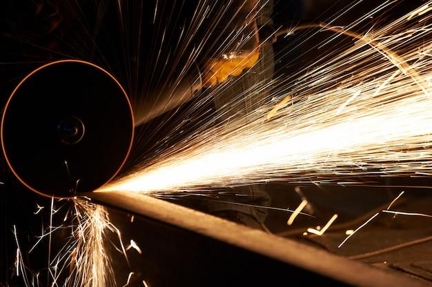 Metallbearbeitungsindustrie. fertigstellen oder schleifen der metalloberfläche auf der schleifmaschine im werk