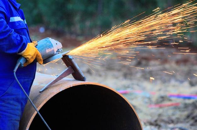 Metallbearbeitungsindustrie. schlichten oder schleifen der metalloberfläche auf der schleifmaschine