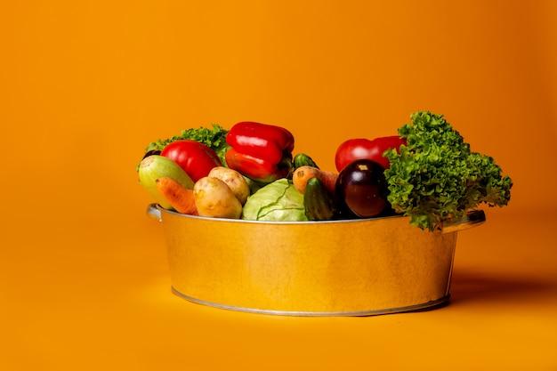 Metallbecken mit frischem gemüse. konzept umweltfreundlicher landwirtschaftlicher produkte