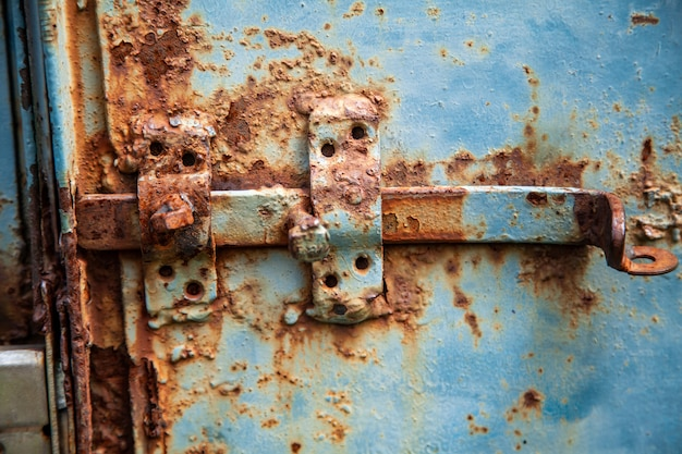 Metallbolzen auf dem tor von altem