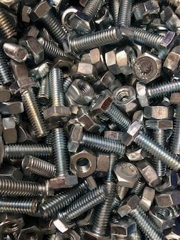Metallbolzen und -muttern gestapelt
