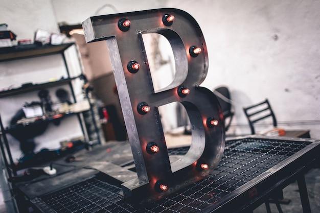 Metallbuchstabe b mit den geführten glühlampen getrennt