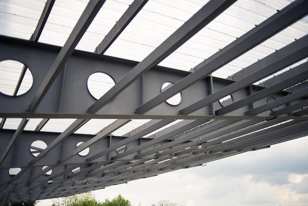 Metallelemente des brückenbaus. stahlbrücken können nach der art des verkehrs klassifiziert werden, der hauptsächlich auf autobahnbrücken verkehrt, auf denen autos, lastwagen, motorräder usw. befördert werden.