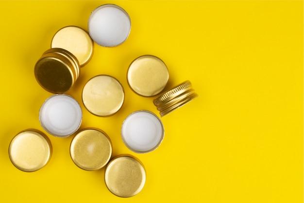 Metallflaschenverschlüsse auf einem gelben.