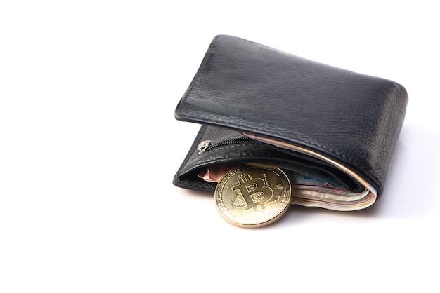 Metallgold-bitcoin mit schwarzer lederbrieftasche und geld auf weißem hintergrund. draufsicht. geschäfts-, geld-, kryptowährungskonzept.