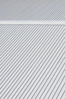 Metallgraues dach mit rhythmischen parallelen reliefrichtungen