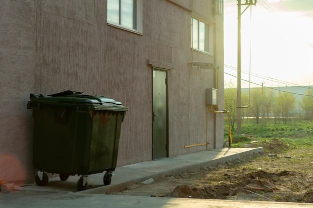 Metallgrünes altes fulled mit abfallmüllcontainer, naturverschmutzungskonzepte