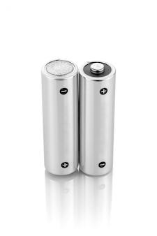 Metallische alkalibatterien aa-größe lokalisiert auf weißem hintergrund