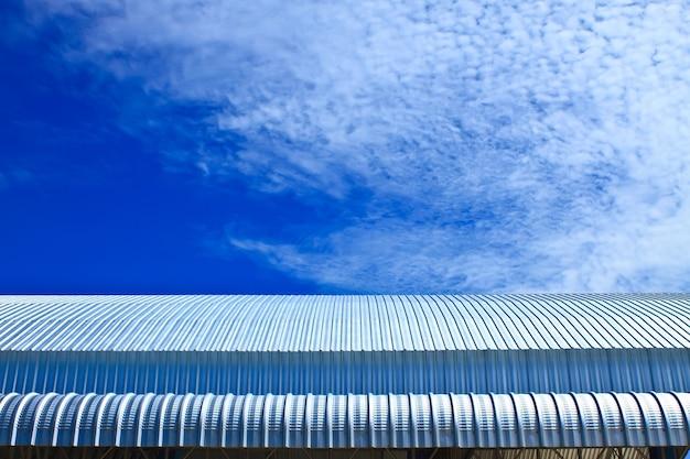 Metallische fassade, dachaluminiumfabrik auf blauem himmel
