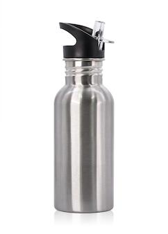Metallische flasche und plastikgefäß lokalisiert auf weißem hintergrund.
