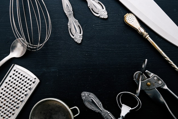 Metallische kochausrüstung auf küchentheke