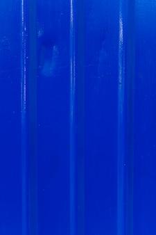 Metallische oberfläche mit linien und blauer farbe