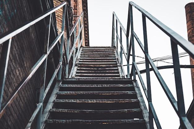 Metallische rostige treppe einer verlassenen fabrik