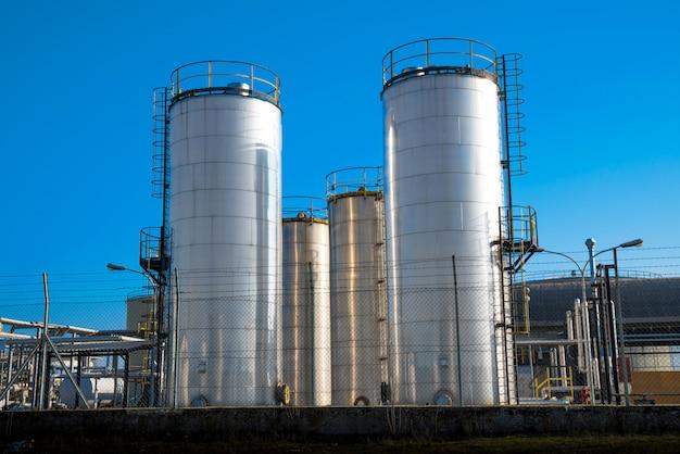 Metallische silos einer chemiefabrik