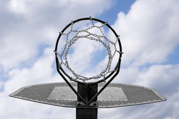 Metallischer basketballkorb