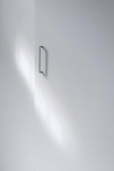 Metallischer griff des vollen schusses auf schrank
