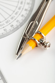 Metallischer kompass näherer blick isoliert für zeichnung auf weiß