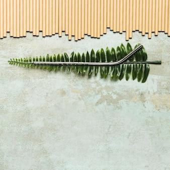Metallisches stroh auf gefälschtem blatt mit kopienraum