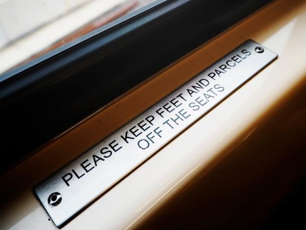 Metallisches warnzeichen