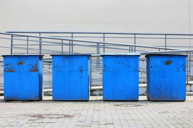 Metallmüllcontainer sind in einer reihe angeordnet.