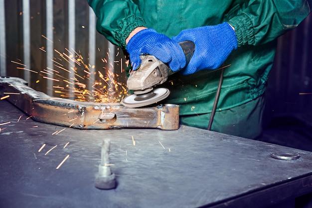 Metallpolieren mit einem handschleifer mit einer polierscheibe