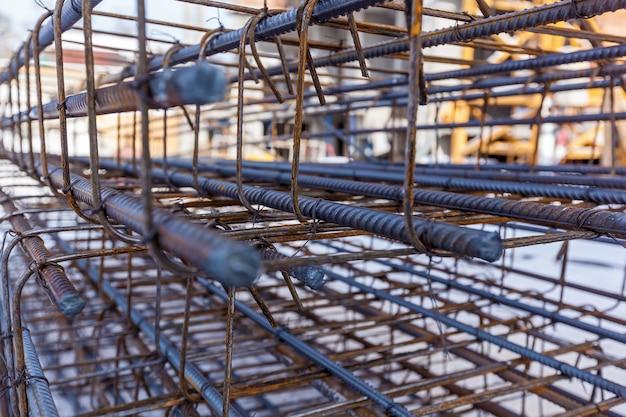 Metallprodukte für den monolithischen wohnungsbau. baustelle, bau von häusern