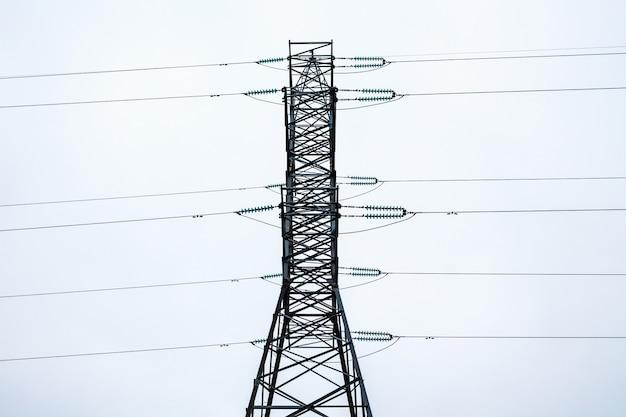 Metallrahmen eines elektrischen turms bei bewölktem wetter