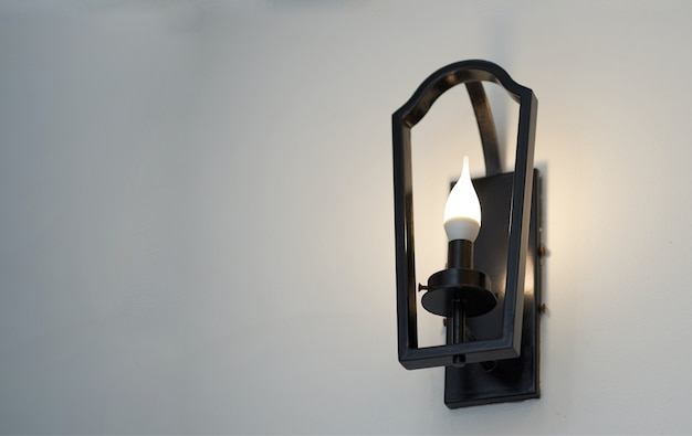 Metallrahmenwandlampe mit glühlampe auf ansicht von unten