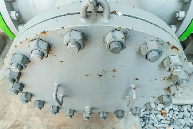 Metallrohrflansche mit schrauben im industriegebiet