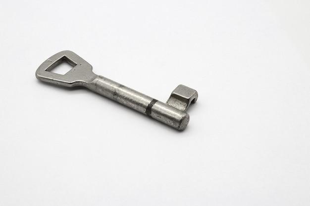 Metallschlüssel auf eine klare weiße oberfläche gelegt