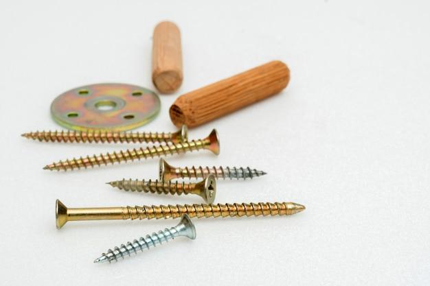 Metallschrauben und holzstecker