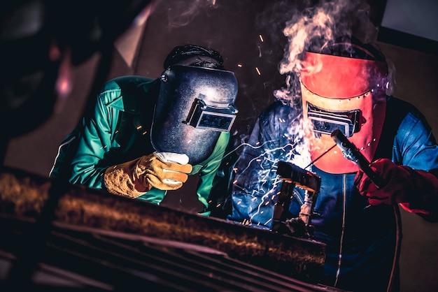 Metallschweißen von stahlwerken mit lichtbogenschweißgerät