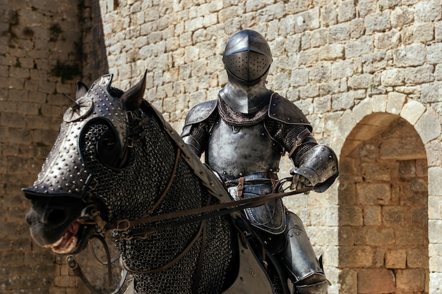 Metallstatue eines soldaten, der auf dem pferd sitzt