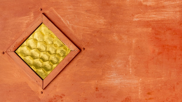Metallstruktur mit nieten und pinselstrichen