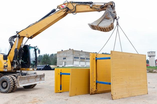 Metallstützen zum schutz der grabenwände.