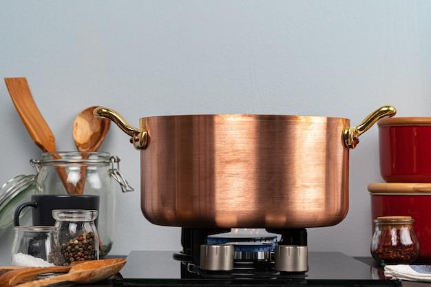 Metalltopf auf einem gasherdbrenner zu hause küche nah oben
