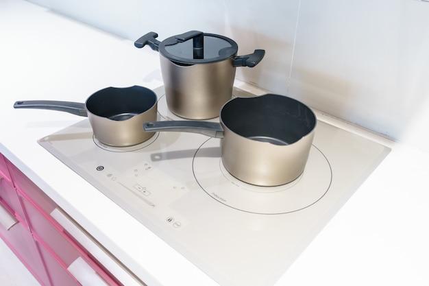 Metalltopf auf induktionskochfeld in der modernen küche.