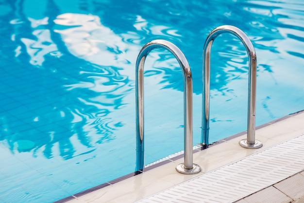 Metalltreppe für den ausgang aus dem pool